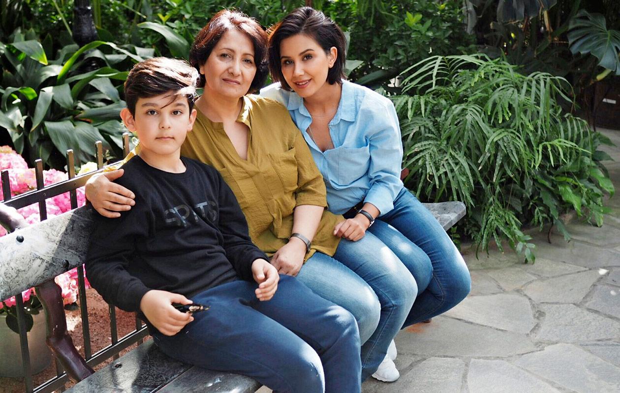 Gelawej istuu penkillä poikansa ja äitinsä kanssa.