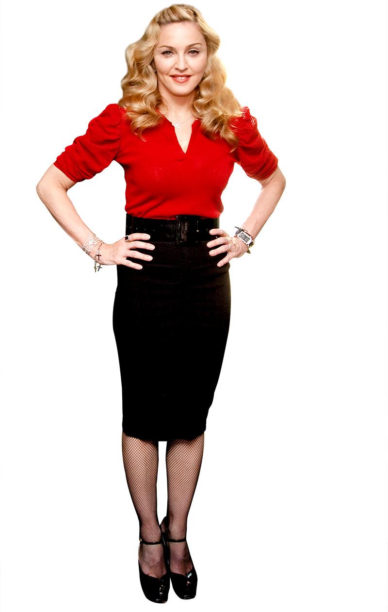 Madonna punaisessa paidassa ja mustassa kynähameessa.