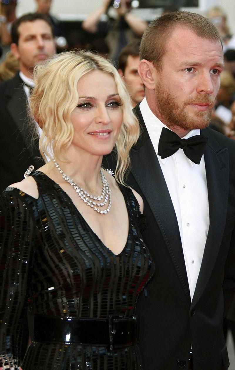 Guy ja Madonna vierekkäin.