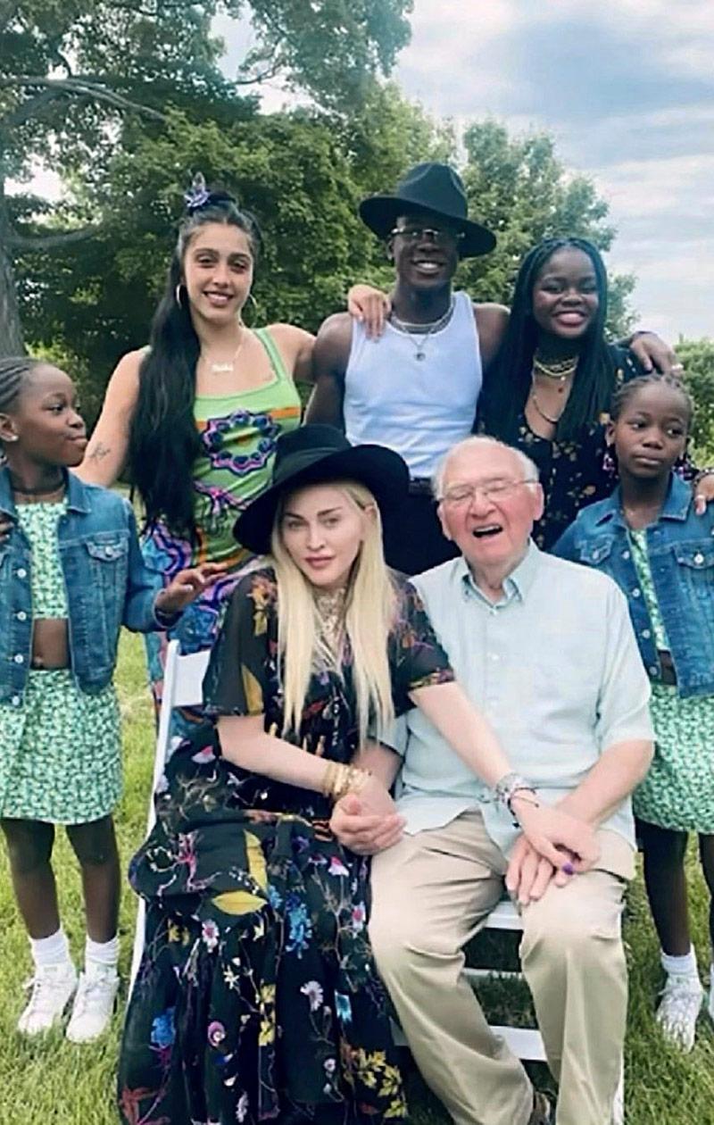 Madonna perheensä ympäröimänä.
