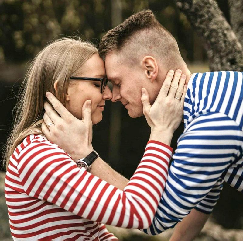 Sonja-Elina Tähtinen ja Jukka-puoliso halaavat.