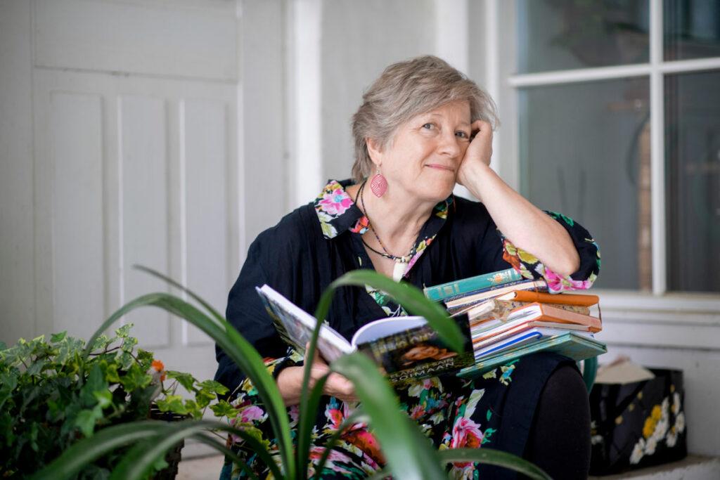 Laulaja-näyttelijä Eija Ahvo, 70, istuu päiväkirjat sylissään.