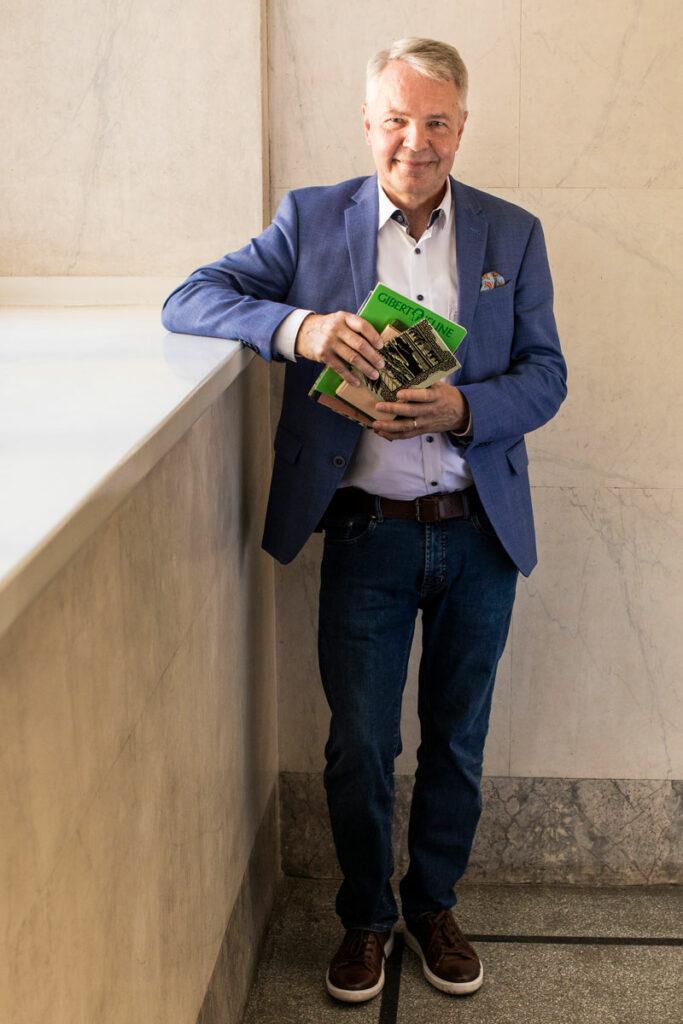 Ulkoministeri Pekka Haavisto, 63, seisoo päiväkirjat käsissään.