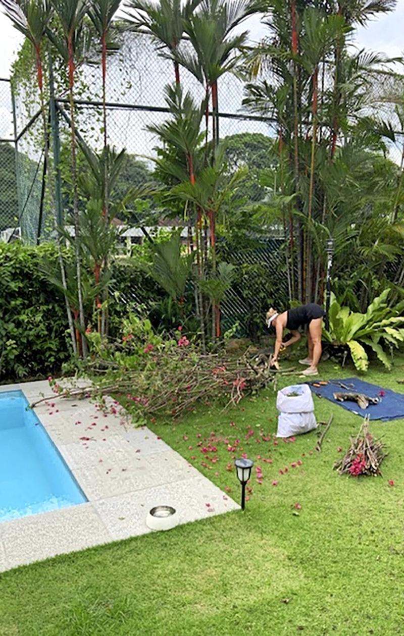 Viivi Avellán pihatöissä kotonaan Singaporessa.