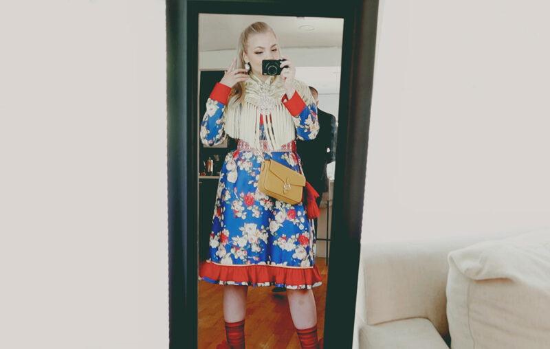 Miisa Nuorgam yllään perinteinen saamenpuku.