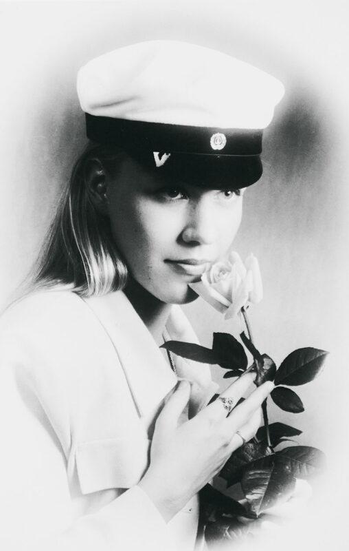 Päivi Raatikaisen ylioppilaskuva vuodelta 1995. Katse luottavaisena tulevaan.