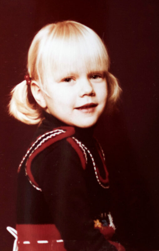 Päivi pikkutyttönä tarhan kuvauksessa. Hiukan jännitti, mutta vieno hymy irtosi hymytytöltä kuitenkin.