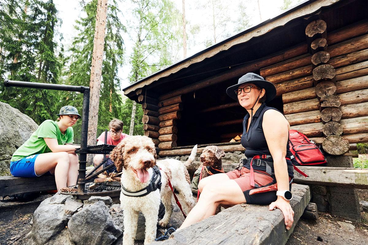 Bono osaa jo, Elmo vasta opettelee retkikoiraksi. – Retkitunnelma vain paranee, kun näen, kuinka koirat nauttivat luonnossa liikkumisesta, Anna-Maria Tolvanen sanoo.Hän on kouluttautunut kotitalousopettajan työnsä ohessa erä- ja luonto-oppaaksi.
