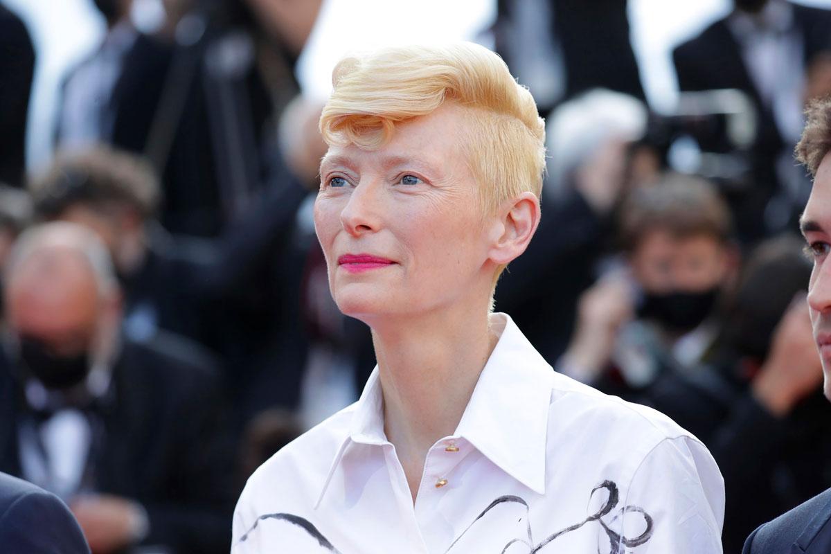Tilda Swintonin lyhyt tukkamalli taipuu niin klassiseen kuin näyttäväänkin tyyliin.