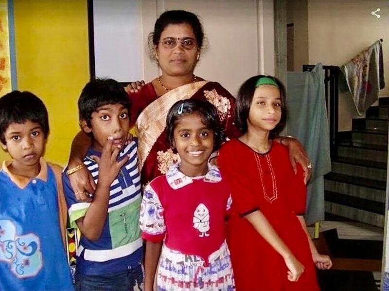 Shital Niemi yhdessä lastenkodin lasten ja opettajan kanssa Intiassa vuonna 2007.