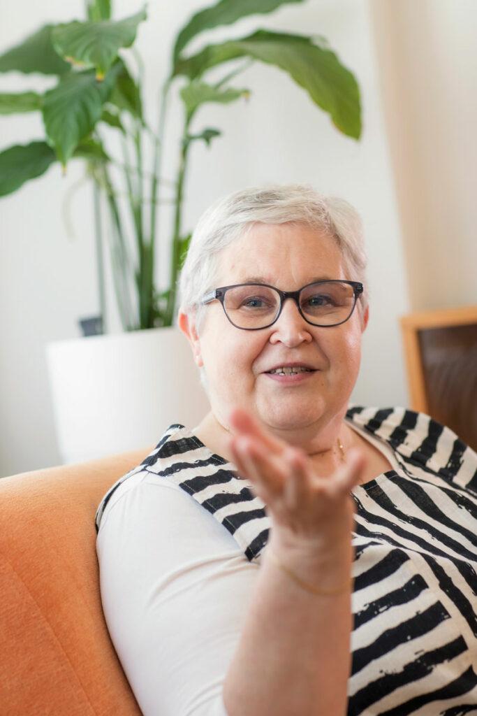 Vankiladiakoni Eeva Nurminen kotonaan.