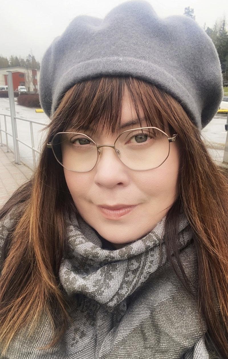 – Käytän silmälaseja päivittäin ja minulla on muutamat erityyliset kehykset. Lasien avulla voi helposti muuttaa myös eri asujen ilmeitä. Nämä kevyet lasit yhdistän usein pipojen tai baskereiden kanssa, jotka ovat lempiasusteitanihuivien lisäksi.