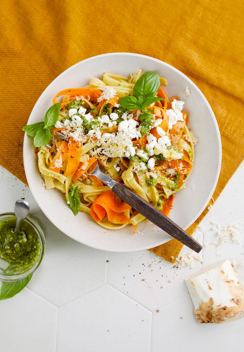 Värikäs piparjuuripesto-porkkanapasta on kiireisen kokkaajan pelastus.