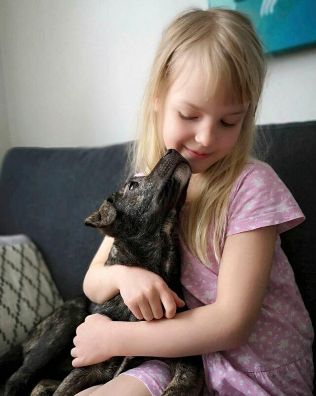 Vieno-koira ja omistajaperheen tytär Lumi.