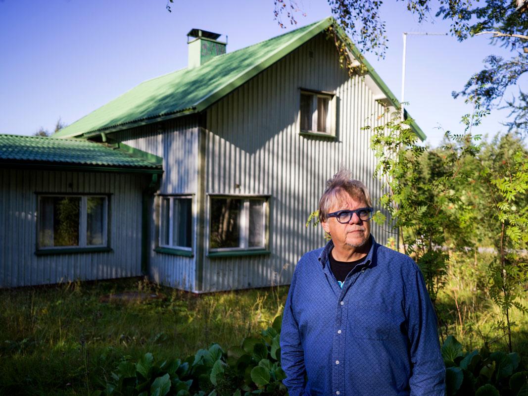 Mikko Alatalo lapsuudenkotinsa edustalla.