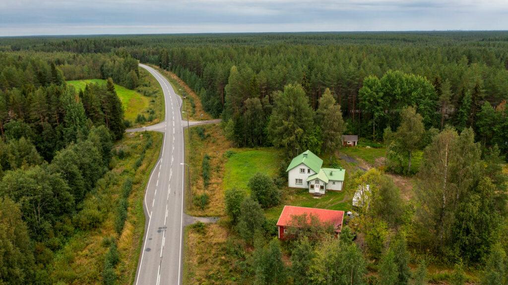 Dronella otettu kuva Mikko Alatalon lapsuudenkodista.