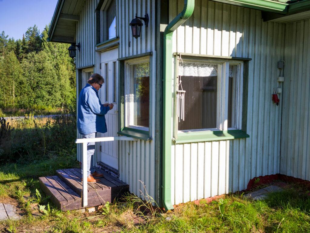 Mikko Alatalo lapsuudenkotinsa ovella.