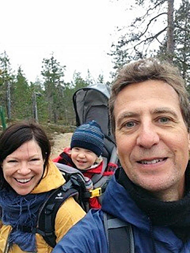 Anni Sinnemäki, poika Rufus ja puoliso Anton metsäretkellä Pohjois-Suomessa vuonna 2015.