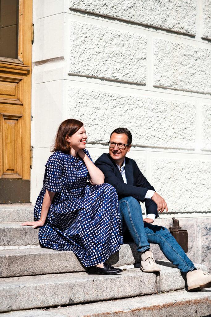 Anni Sinnemäki ja Anton Montin istuvat portailla.