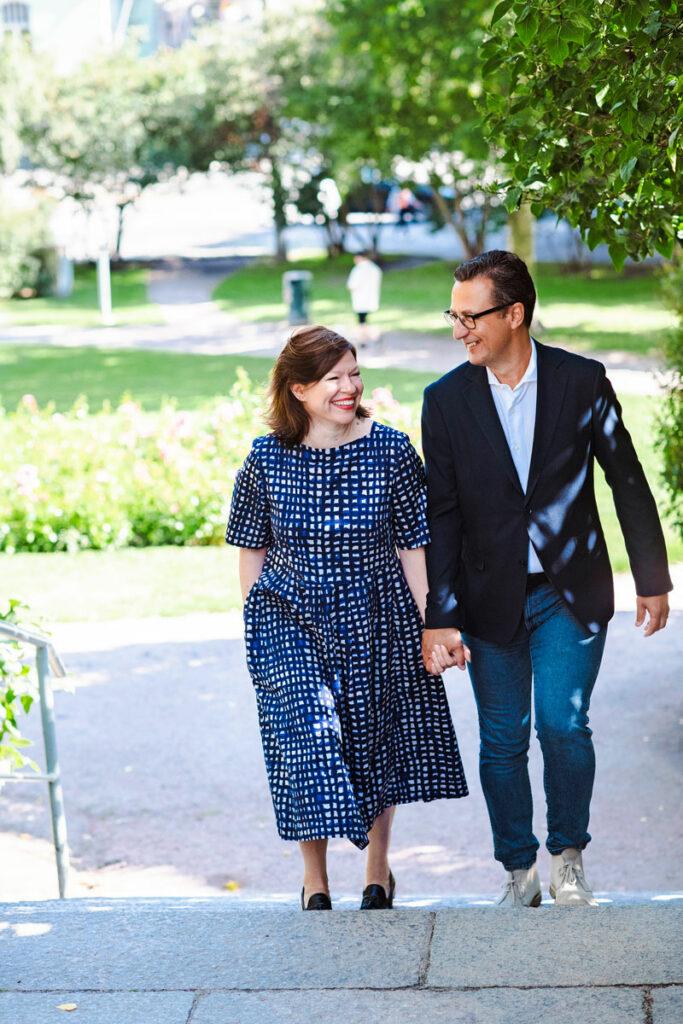 Anni Sinnemäki ja Anton Monti nousemassa portaita.