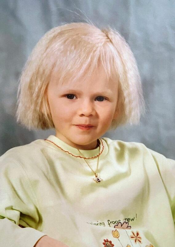 Karoliina Nikulainen viisivuotiaana päiväkodissa. Karoliina ryhtyi aikuisena salapoliisiksi löytääkseen äitinsä.