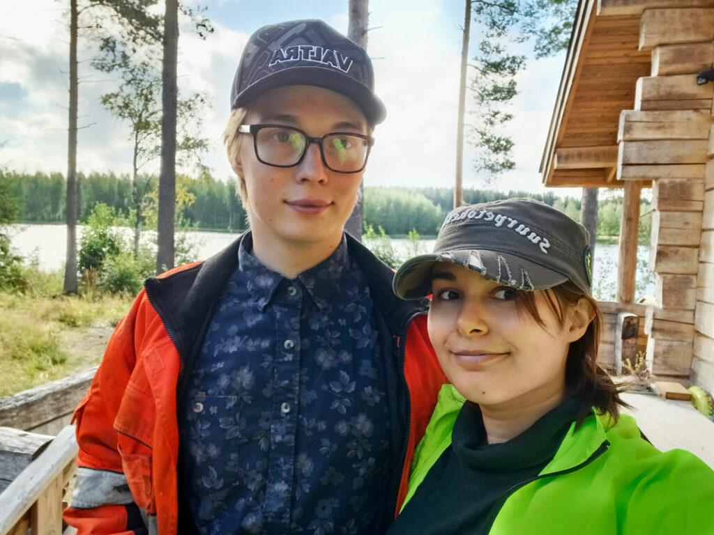 Liana Linvik poikaystävänsä Samin kanssa Kuusamossa mökkeilemässä.
