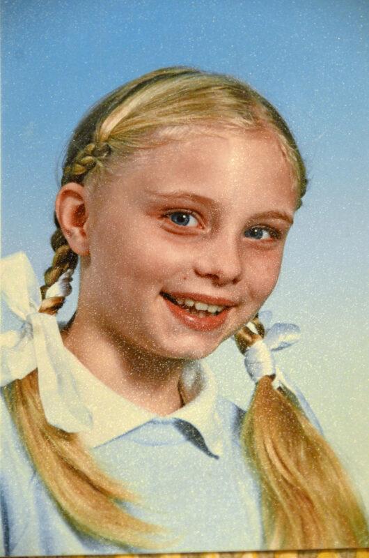 Alaluokilla äiti teki Katille joka kouluaamu kaksi lettiä, jotka oli solmittu rusettinauhoilla.