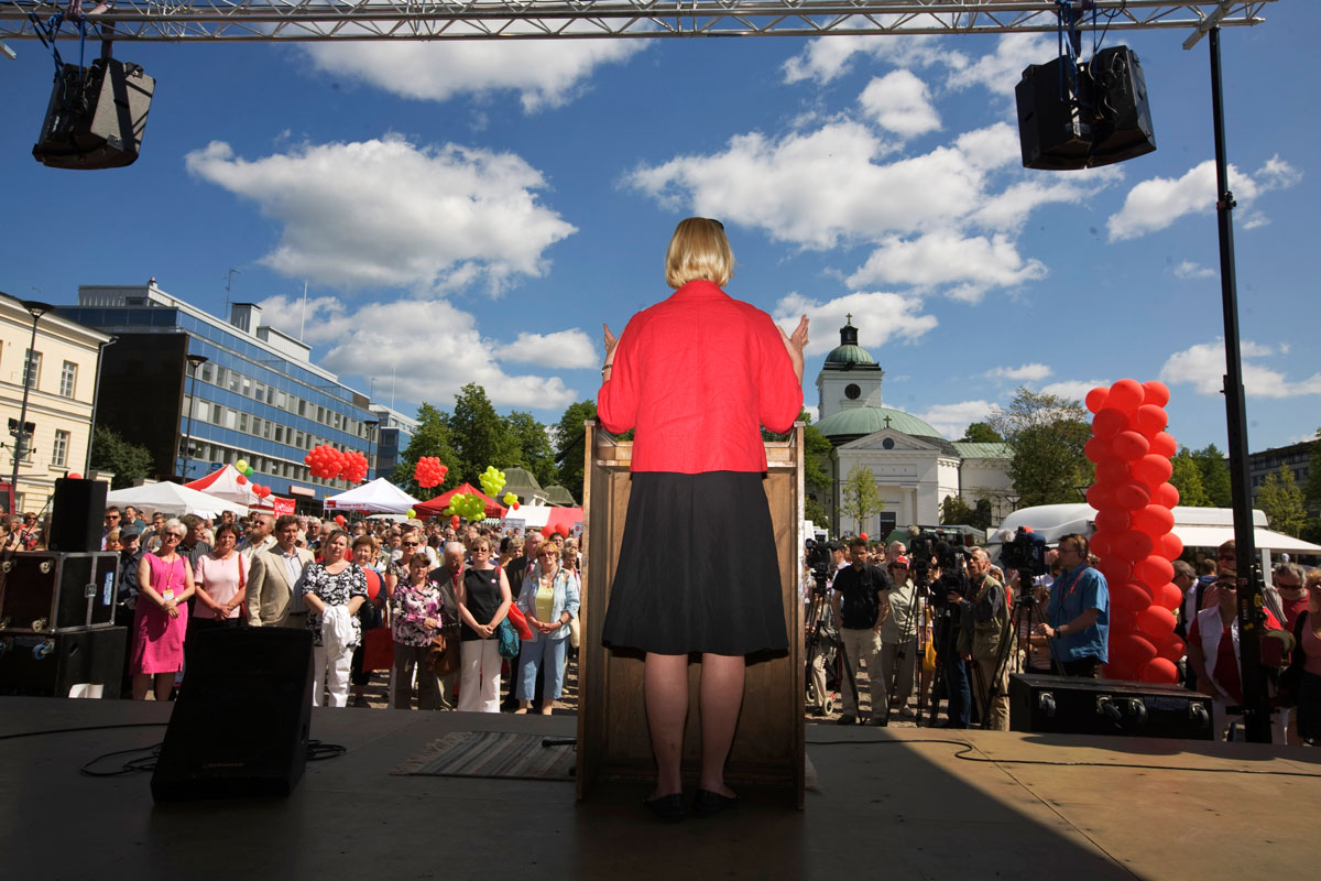 Jutta Urpilainen pitää puhetta Sdp:n uutena puheenjohtajana Hämeenlinnan torilla kesäkuussa 2008.