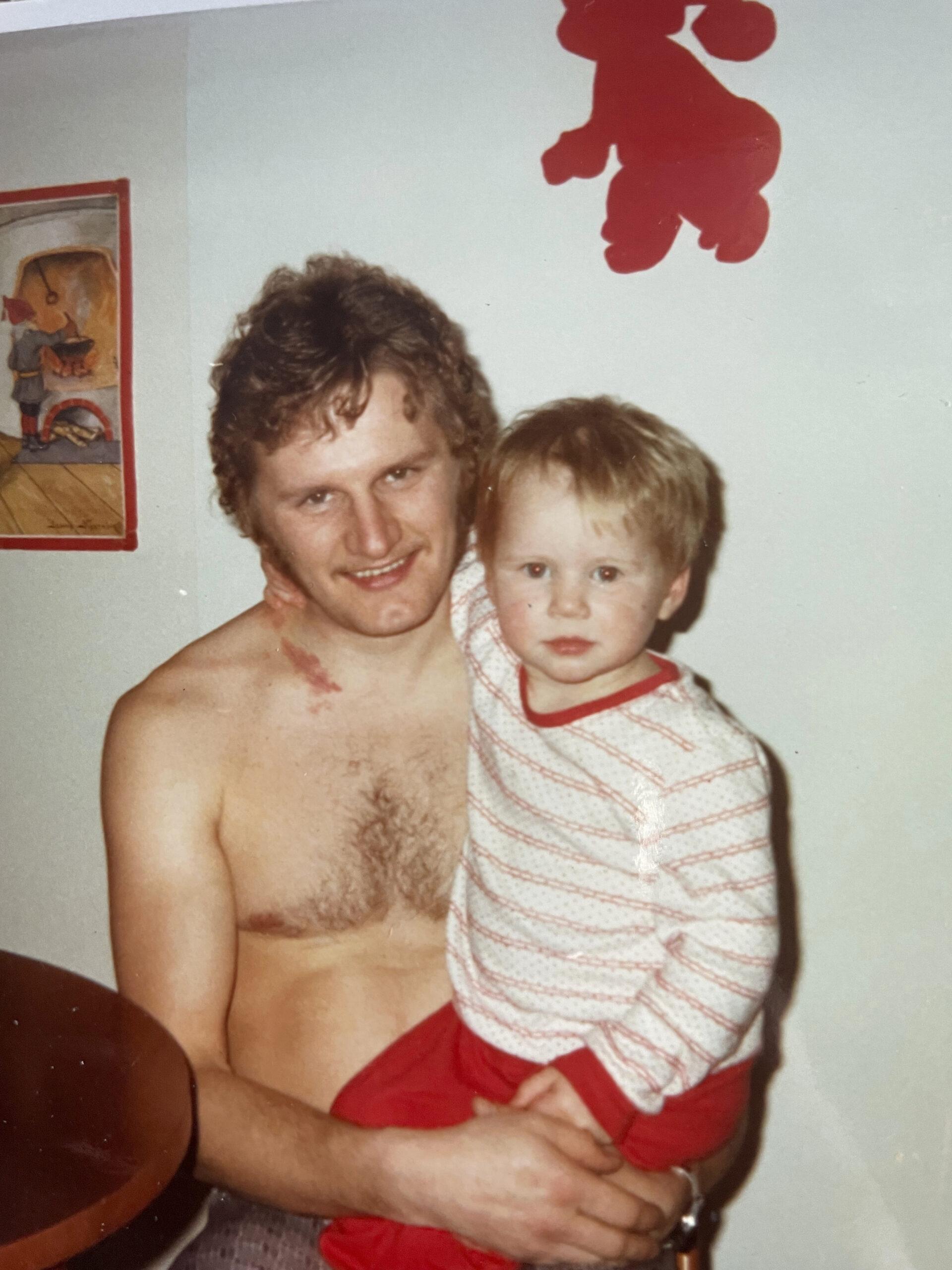 Pikku-Mira isänsä kanssa.