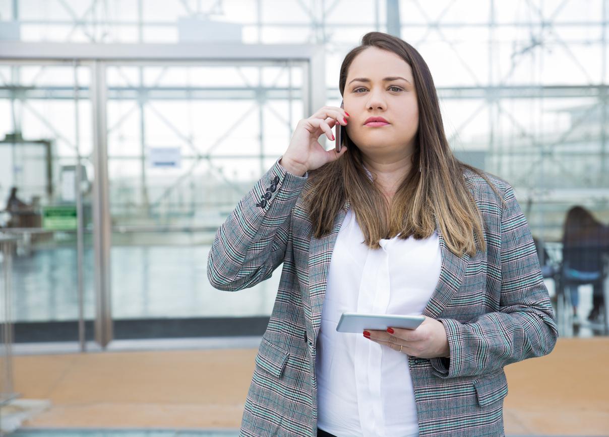 Psykologinen turvallisuus työpaikalla kuvitettuna kiireisellä naisella konttorilla.