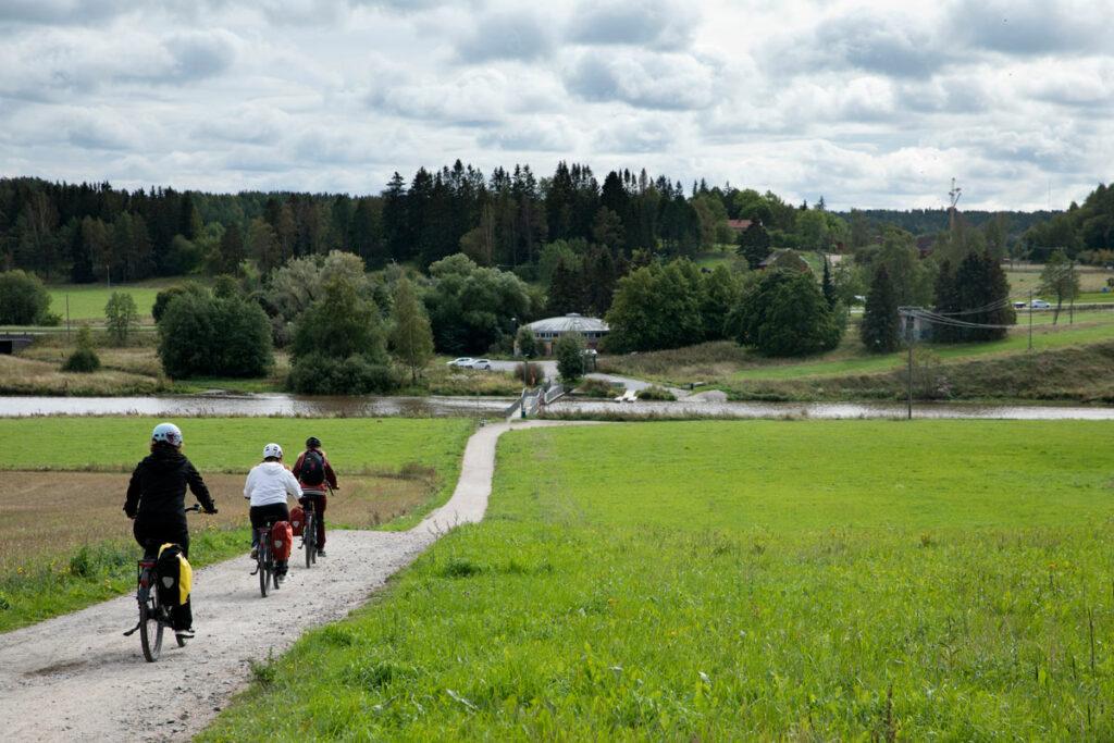 Pietarin polku on 35 kilometrin mittainen pyhiinvaellusreitti. Reitin Halistenkoskelta Liedon Vanhalinnalle voisi kulkea myös meloen.