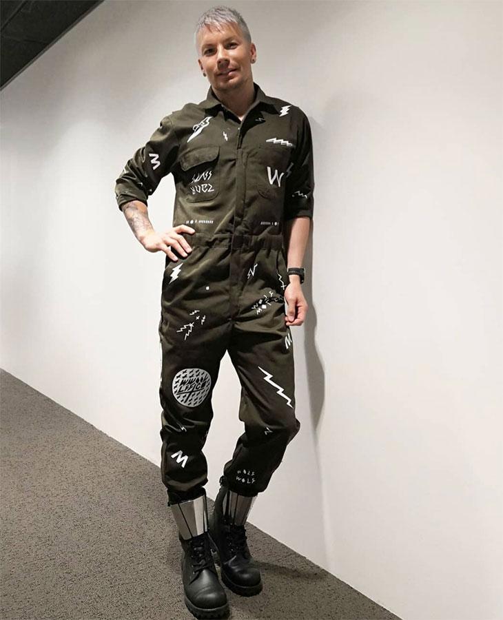 Antti Tuisku on rohkea pukeutuja.