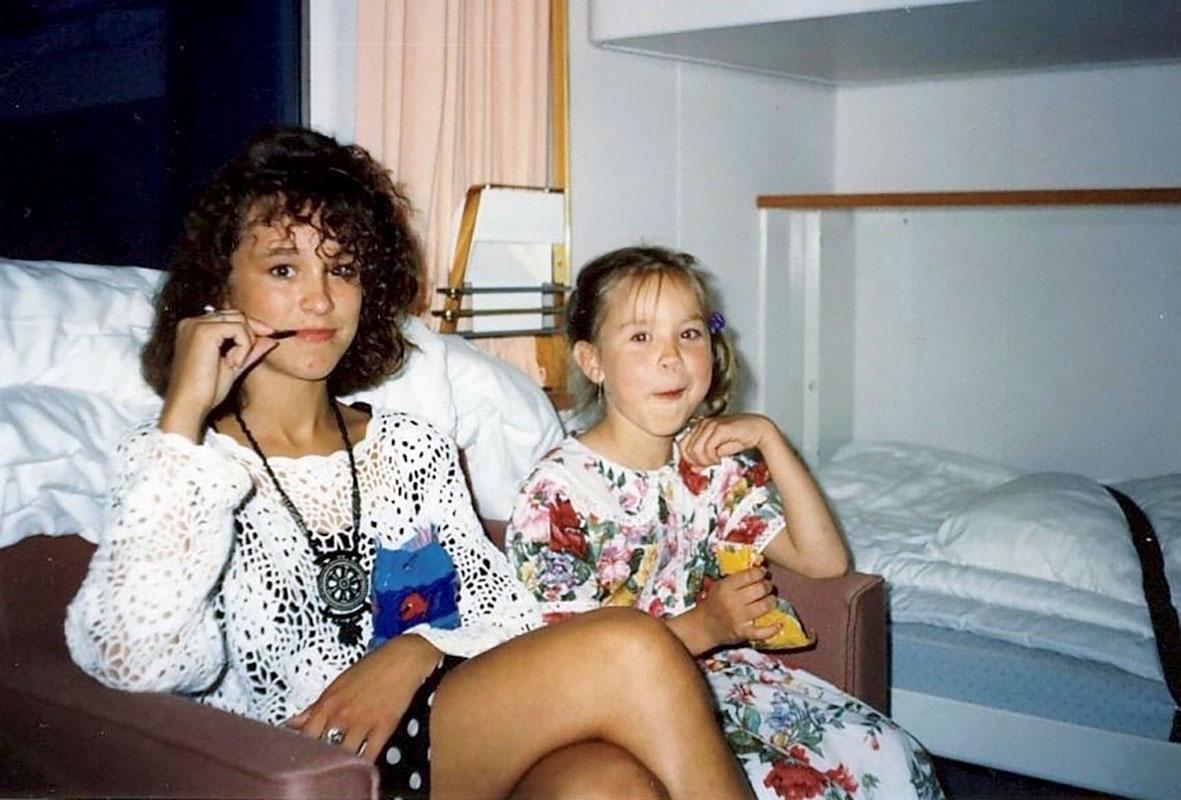Siskokset ruotsinlaivalla 1990-luvulla. Ida on kuvassa noin 5-vuotias ja Ellen 14-vuotias.