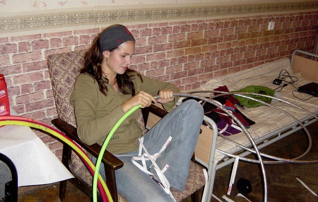 Sirkustaiteilija Salima Peippo päällystää vanteita opiskelija-asuntolassa Moskovassa.