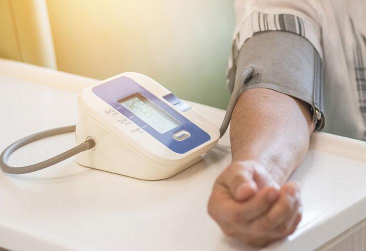 Eteisvärinä voi paljastua verenpainemittarilla.