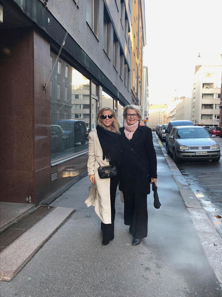 Krista ja Lisbeth-äiti Helsingissä matkalla teatteriin.