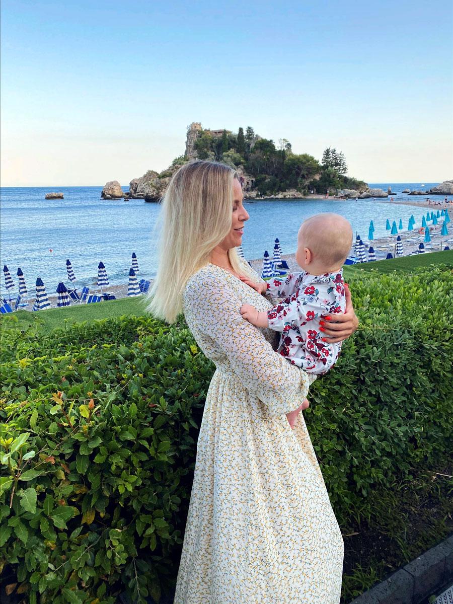 Krista Siegfrids tyttärensä Lizzyn kanssa Sisiliassa.