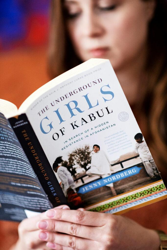 Nelli Mikkola lukee kirjaa Girls of Kabul.
