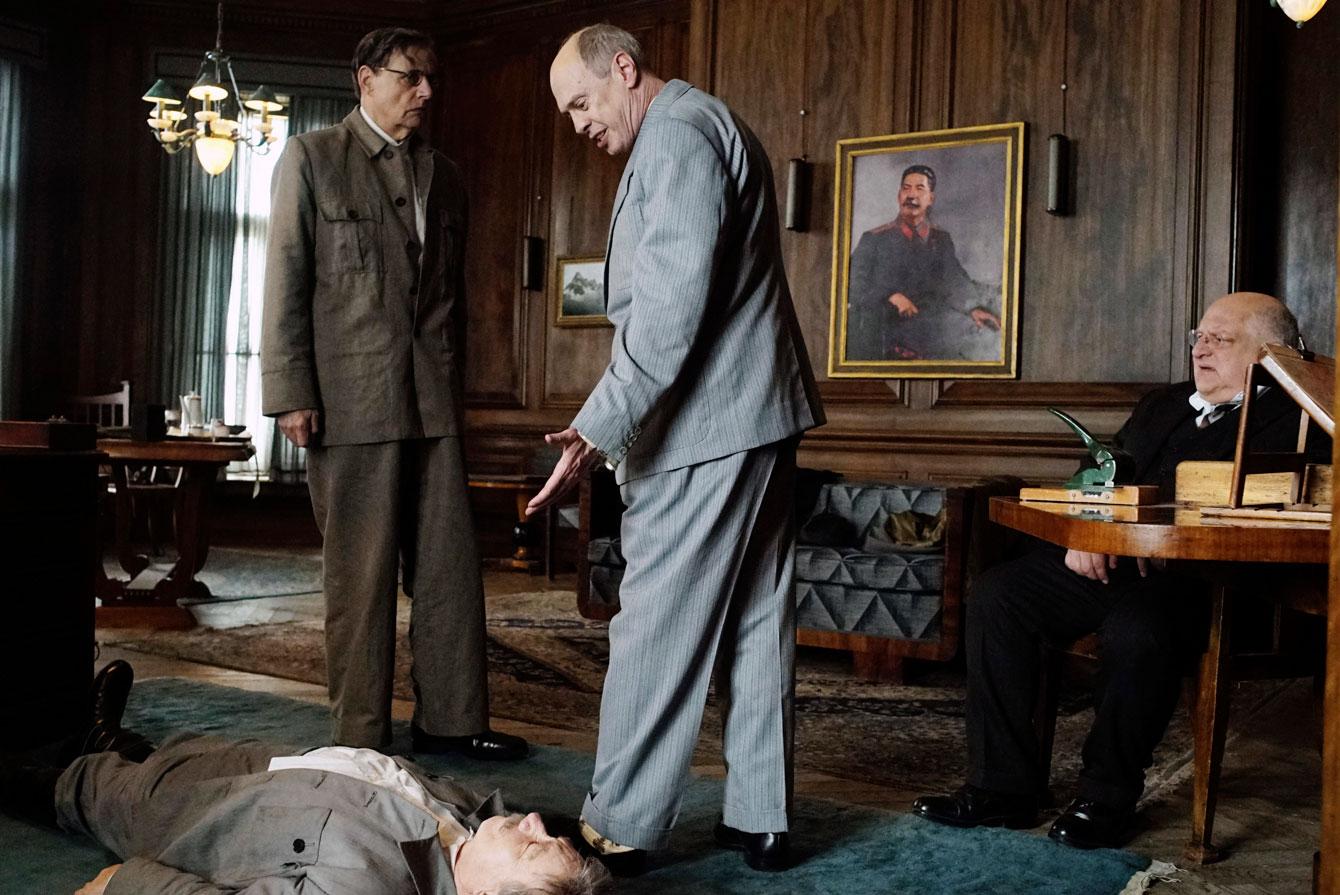 Stalinin kuolemassa Georgi Malenkov (Jeffrey Tambor) ja Nikita Hruštšov (Steve Buscemi) ihmettelevät, mitä henkensä heittäneelle Stalinille tehdään.
