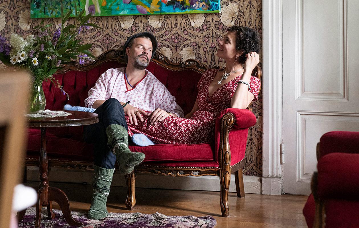 Tuure Kilpeläinen ja Manuela Bosco sohvalla.