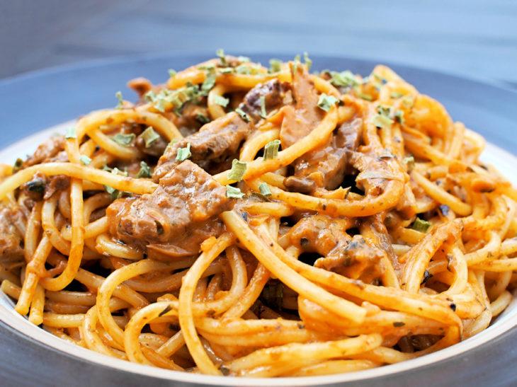 Kermainen ja yrttinen pasta, naudan sisäfileestä