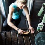 Saunan lauteet kannattaa pestä etu- ja alaosista sekä laudepuiden väliköistä, jotta lika ei pääse vuosien saatossa pinttymään.