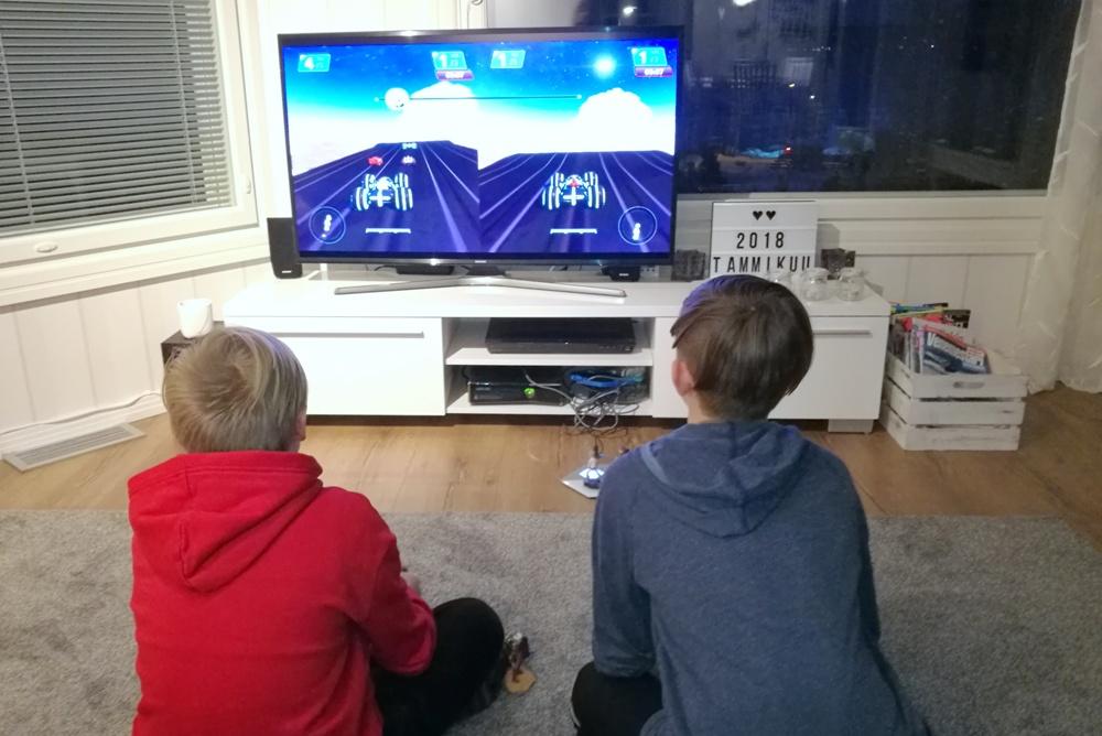 pojat pelaavat