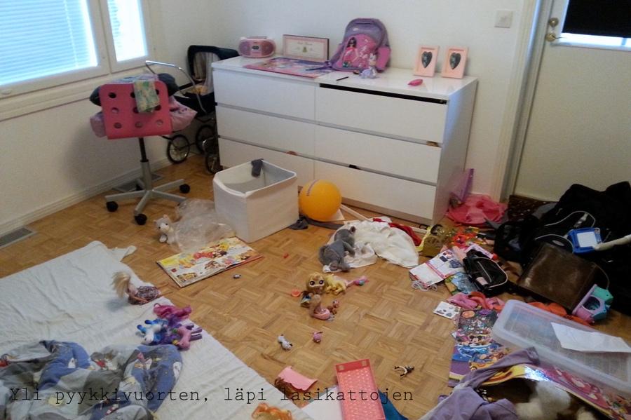 Muutto, pahvilaatikot, muuttaminen, omakotitalo, lapsiperhe muuttaa, lapsen huone, lastenhuone, sotku, lapsi sotkee, lelut