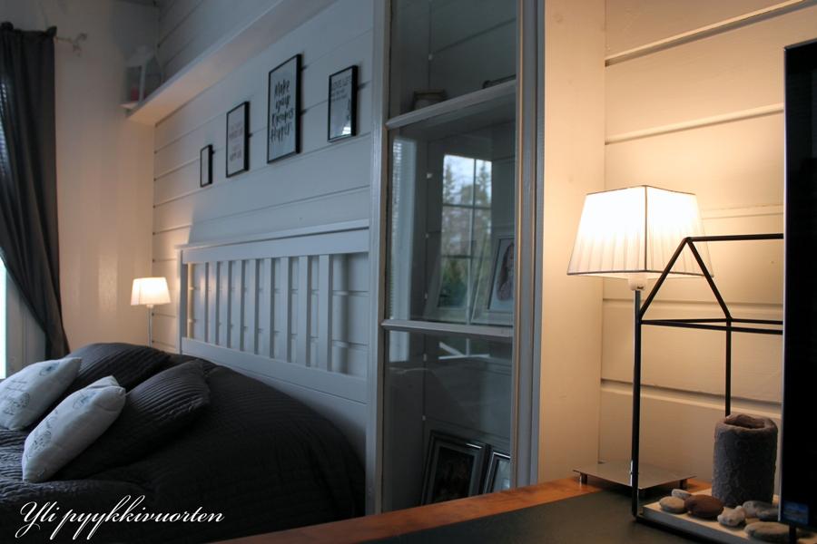 takkahuone, makuuhuone, omakotitalo, moderni ja scandinaavinen sisustus, takka, omakotitalo, sisustaminen, harmaa, interior